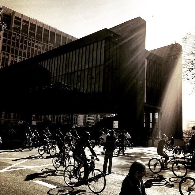 Lei aprovada em São Paulo pagará a quem utilizar a bicicleta para ir ao trabalho, Ciclovia da Av. Paulista aberta aos domingos. Image © Marcus V. Damon, via Instagram