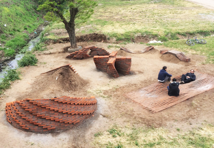 Estudiantes de primer año de la Universidad de Talca experimentan con ladrillo en terreno, © Verónica Arcos