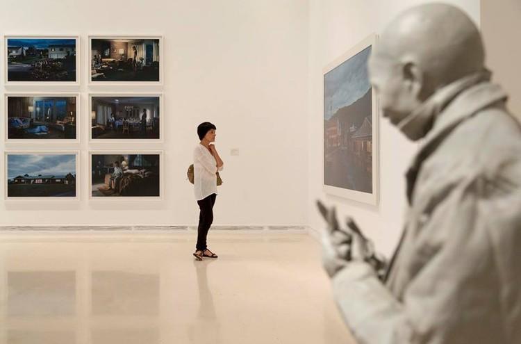 ¿De vuelta a tu oficina o la universidad? 11 exposiciones en España para buscar inspiración, Perdidos en la ciudad. La vida urbana en las colecciones del IVAM. Image vía @gva_IVAM [Twitter]