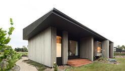 House Under Eaves / MRTN Architects