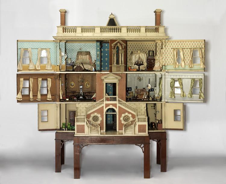 12 Casas de bonecas que traduzem 300 anos do lar britânico, © Victoria and Albert Museum, Londres