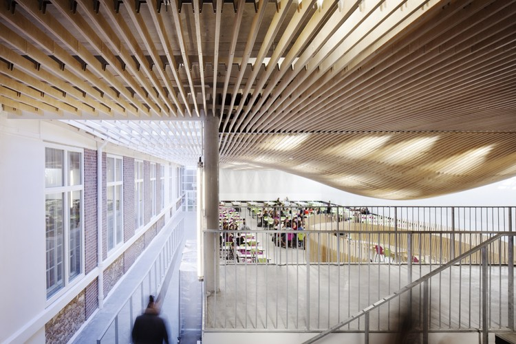Bruyère High School Cafeteria Refurbishment / SAM Architecture, © Charly Broyez