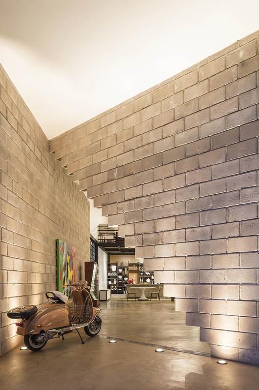 Requalificação com blocos de concreto na Loja Outsider por BLOCO Arquitetos , © Joana França