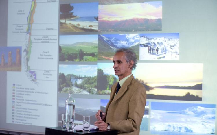 Daylight Symposium 2017: 'Arquitectura saludable y amigable con el clima / De la investigación a la práctica', El arquitecto chileno Javier del Río, en su presentación en 2009. Image © Velux