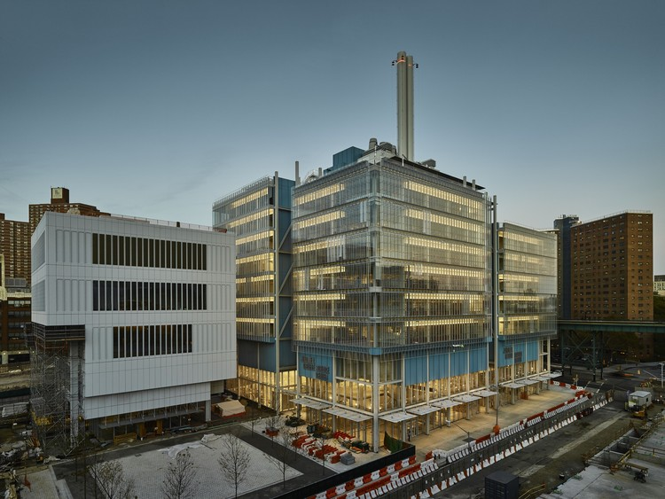 Dos edificios de Renzo Piano cerca de ser concluídos en el nuevo campus de la Universidad de Columbia, Lenfest Center for the Arts (izquierda) y Jerome L. Greene Science Center (derecha). Image © Columbia University / Frank Oudeman