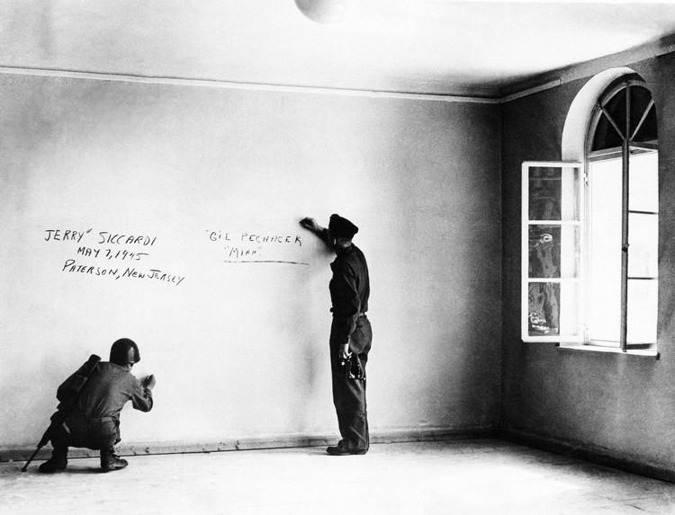 Por que o plano da Áustria de demolir a casa onde nasceu Hitler é controverso, Soldados dos EUA na casa onde nasceu Adolf Hitler em Braunau am Inn (1945)
