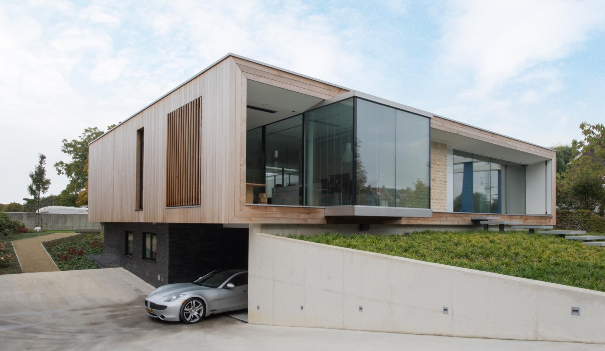 Villa m house liag architects archdaily for Flachdachhaus mit garage
