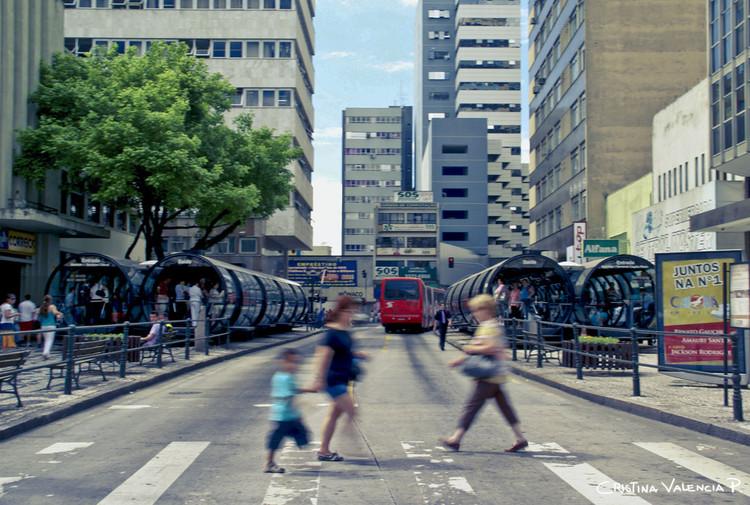As 7 causas mais comuns de congestão viária e as estratégias (exitosas) para enfrentá-la , Curitiba, Brasil. Imagem © Flickr Usuário: Cris Valencia. Licença CC BY 2.0