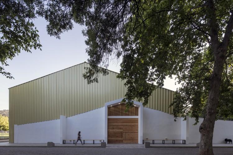 Gimnasio Colegio Lonquén  / COMUN Arquitectos, © Aryeh Kornfeld