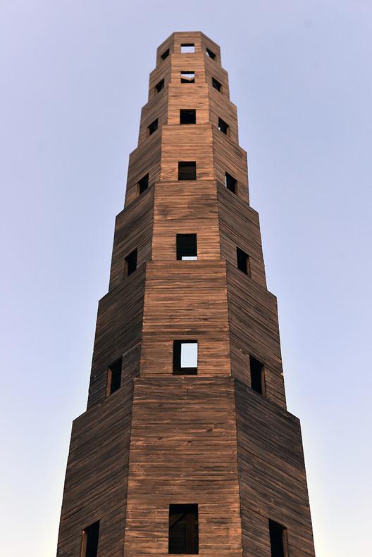 Pezo von Ellrichshausen construye una torre de madera temporal en el Jardín des Tuileries de París, Cortesía de Pezo von Ellrichshausen