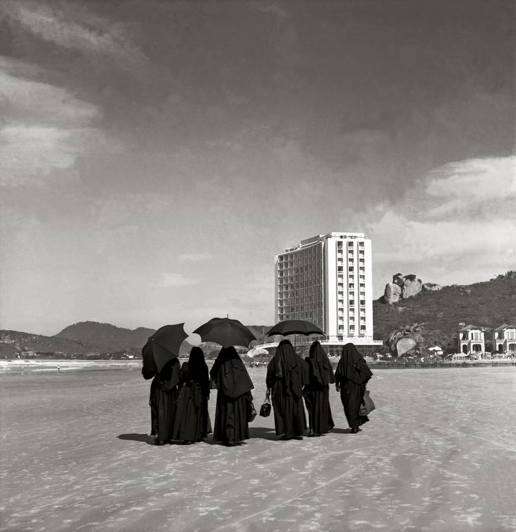 Lançamento do livro 'Jayme C. Fonseca Rodrigues - Arquiteto' de Hugo Segawa, Foto 'Contrastes' por Alice Brill. Edifício Sobre as Ondas, no Guarujá (1953, Acervo IMS)
