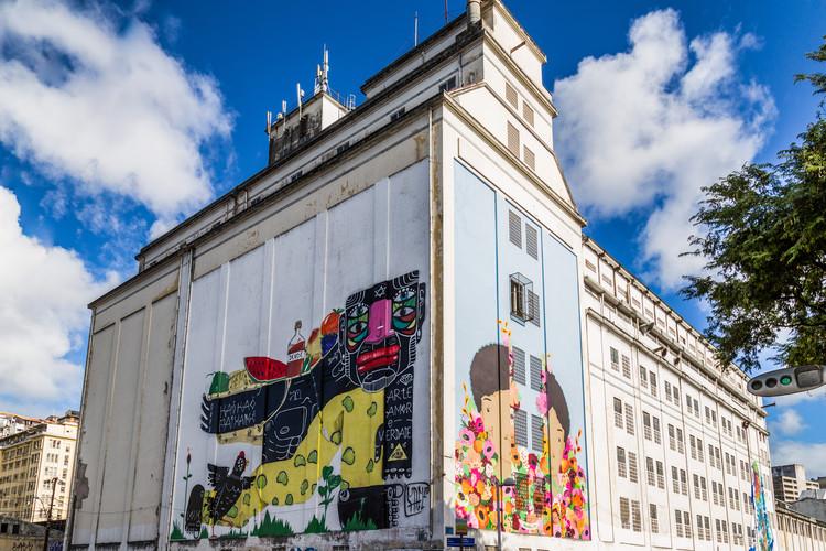 Galeria de arte a céu aberto em Salvador, Mural Fael Primeiro (esquerda) e Rebeca Silva (direita). Image via Divulgação