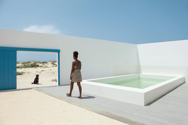 Casa en playa Estoril / José Adrião Arquitectos, © Nuno Almendra