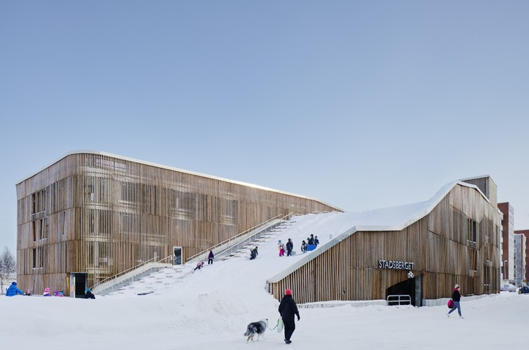 The Parking Garage that Moonlights as a Sledding Slope / White Arkitekter + Henning Larsen Architects, © Åke Eson Lindman