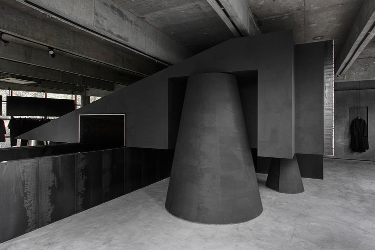 Hangzhou AN Interior's Black Cant System Named World's Best Interior of 2016, Winner of 2016 World Interior of the Year: Black Cant System - HEIKE fashion brand concept store (Hangzhou, China) / Hangzhou AN Interior Design. Image via World Festival of Interiors