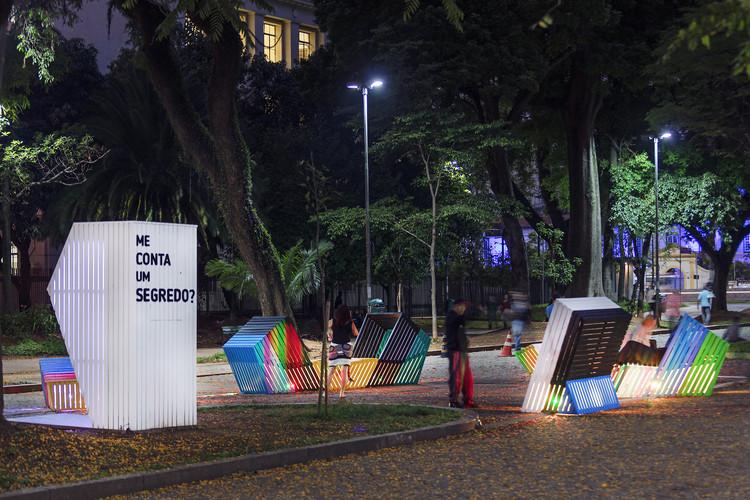 """Estudio Guto Requena convida as pessoas a compartilharem suas histórias na instalação """"Me conta um segredo?"""", © Leonardo Finotti"""