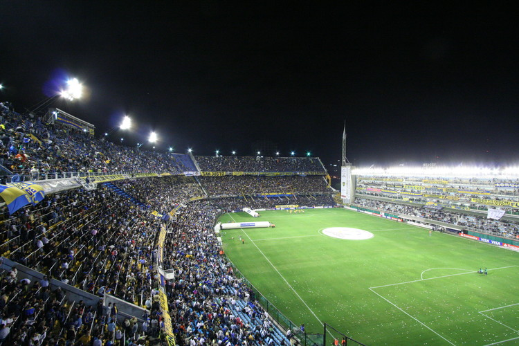 "Un proyecto para ampliar el estadio argentino ""La Bombonera"", vía Flickr user: Steven Newton Licensed under CC BY 2.0"