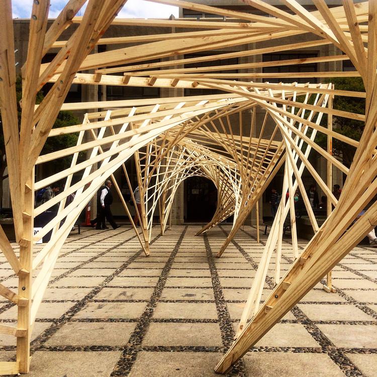 Experiência de construção em madeira em Valparaíso: estruturas estáveis de curvatura dupla a partir da linha reta, Cortesia de Verónica Arcos