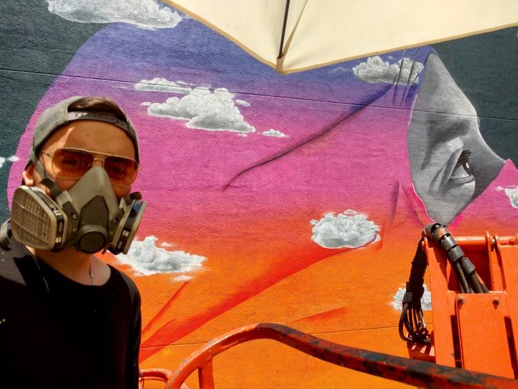 Dasic Fernández: 'Lo que sí me mueve y siento es cuando me dicen que la obra inspira', Dasic pintando en Santo Domingo con Teatinos. Image vía Plataforma Urbana