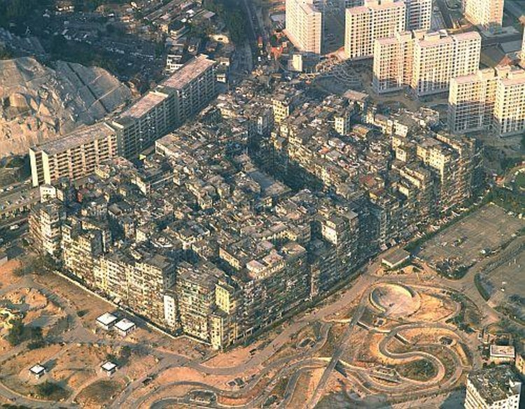 "O que as descrições ocidentais sobre a cidade murada de Kowloon não dizem, Imagem © Greg Girard e Ian Lambot, autores do livro ""City of Darkness"" e ""<a href='http://www.archdaily.com/493900/the-architecture-of-kowloon-walled-city-an-excerpt-from-city-of-darkness-revisited'>City of Darkness Revisited</a>"""