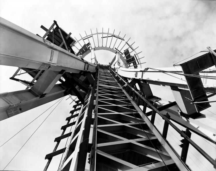 Clássicos da Arquitetura: Space Needle / John Graham & Company, Space Needle em construção antes de sua abertura em abril de 1962. Cortesia de Seattle Municipal Archives (Public Domain)