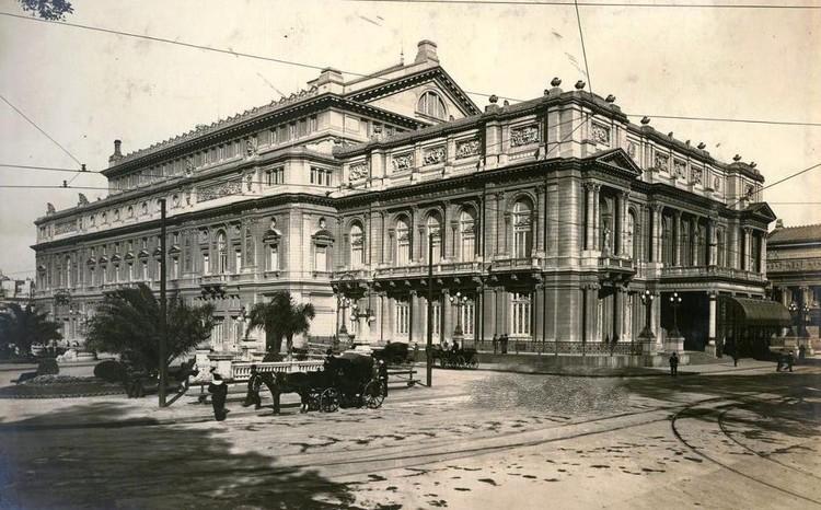 La arquitectura de las fotos: Buenos Aires en el 1900, por Marta Mirás, Teatro Colón, alrededor de 1910. Image vía © Wikipedia User: RoRo Licensed under Public Domain