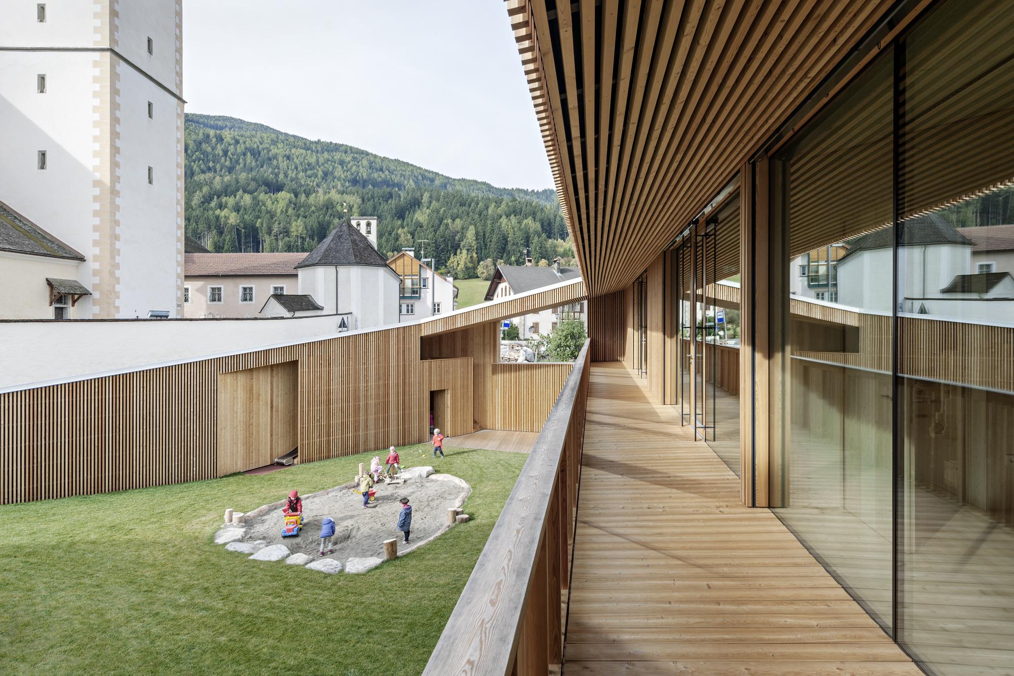 Kinder Garden: Kindergarten Valdaora Di Sotto / Feld72