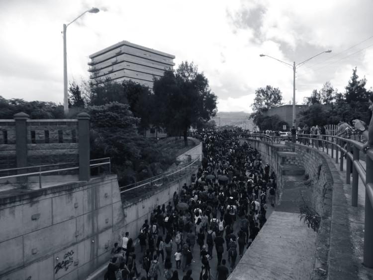"""Arquitectura y Política: decisiones de unos, consecuencias para todos, Marcha en protesta contra la construcción del edificio """"Alma Máter"""", por parte de los estudiantes de la Universidad Nacional Autónoma de Honduras (UNAH). Image © Ixchel Ayes"""