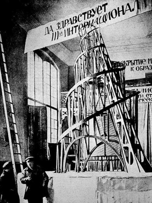 La desaparición del Monumento a la Tercera Internacional en la historiografía de la arquitectura moderna, Fotografía de maqueta del Monumeto a la Tercera Internacional durante su exposición en 1920. Image vía Wikipedia / Dominio público