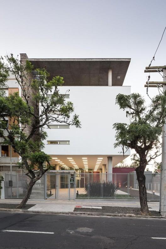 Material em Foco: ADUFRGS por  Santini & Rocha Arquitetos, © Marcelo Donadussi