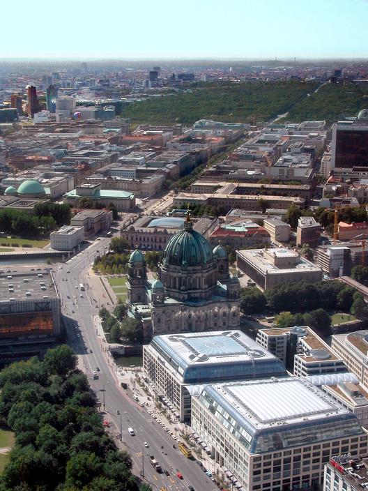 Berlim planeja impedir a circulação de veículos privados em sua principal avenida até 2019, Unter del Linden, Berlim. Imagem © Wikimedia Commons Usuario: Nath el Biya:Niels. Licença: CC BY-SA 2.0