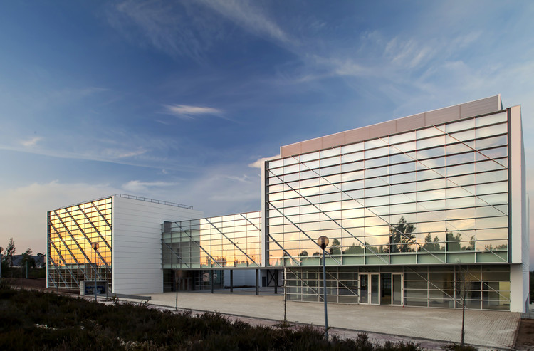 Fachadas Cortizo: Muros cortina de altas prestaciones y diseño vanguardista, TP52 - Sede Asociación Informática de la Región Centro - Portugal. Image © Eduardo Irago