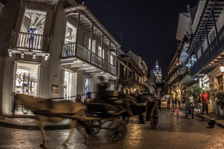 Advierten que gentrificación está amenazando a principales centros históricos de Colombia, Transformación comercial de Cartagena de Indias, Colombia. Image © Jairo Páez [Flickr], bajo licencia CC BY-NC-ND 2.0