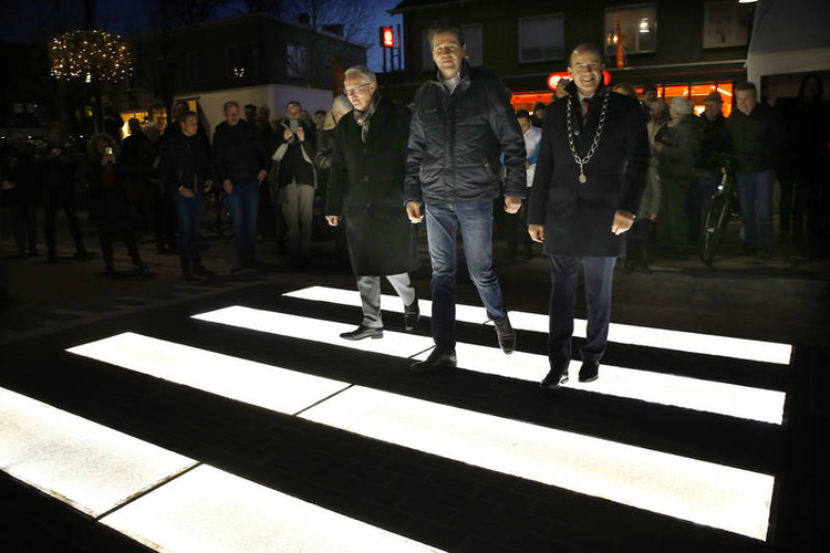 En los Países Bajos inauguran un cruce peatonal luminoso que hace más visibles a los peatones, vía brummen.nl