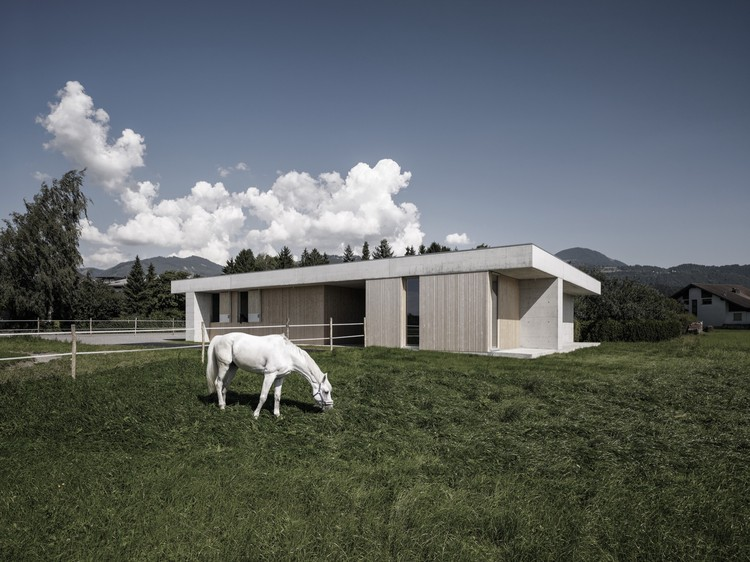 Práctica Veterinaria Equina de Griss  / marte.marte architects, Cortesía de marte.marte architects