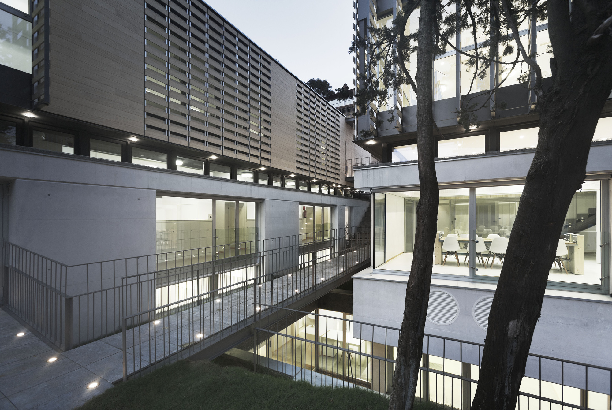 Gallery of oak house high school building trasbordo for Arquitectura prehistorica