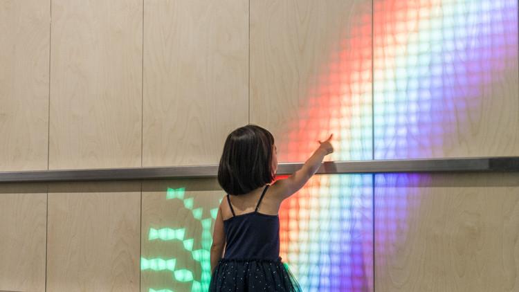 Madera translúcida e instalación de luz ilumina un Hospital de Niños en Australia, Cortesía de ENESS