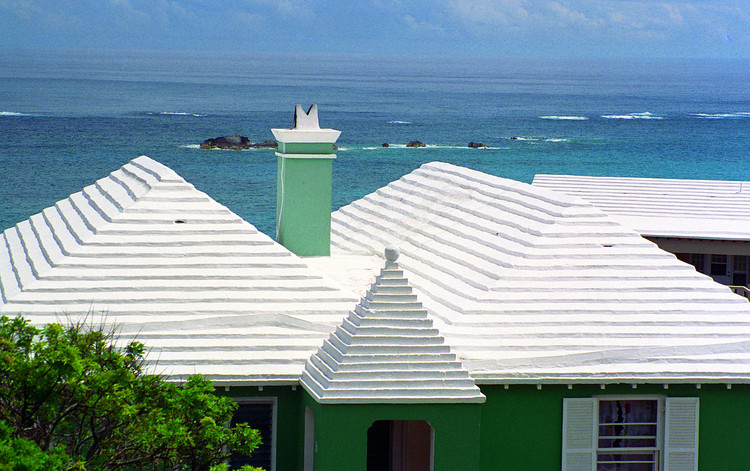 How the White, Stepped Roofs of Bermuda Allowed Residents to Live Without Fresh Water Sources, © <a href='https://en.wikipedia.org/wiki/File:Bermuda_roof.jpg'>Wikimedia user Acroterion</a> licensed under <a href='https://creativecommons.org/licenses/by-sa/3.0/deed.en'>CC BY-SA 3.0</a>