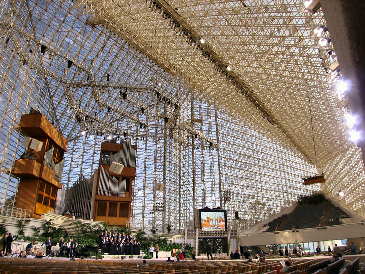 How the Crystal Cathedral Is Adapting for a New Life Out of the Spotlight, The interior of the Crystal Cathedral in 2005. Image © <a href='https://commons.wikimedia.org/wiki/File:CrystalCathedral.jpg'>Wikimedia user Nepenthes</a> licensed under <a href='https://creativecommons.org/licenses/by-sa/3.0/deed.en'>CC BY-SA 3.0</a>