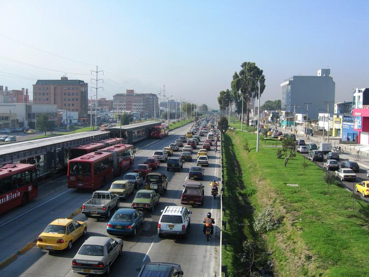 Rodovias urbanas: apagar o fogo com gasolina?, Congestionamento em rodovia de Bogotá, na Colômbia. (Foto: WRI/Embarq/Flickr)