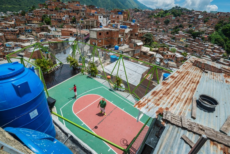 6 Practices Recognized as Social Design Innovators by Curry Stone Design Prize, © José Bastidas / Pico Collective Courtesy of Curry Stone Design Prize. ImageCustomized size and shape basketball court. La Ye 5 de Julio, Petare, Caracas