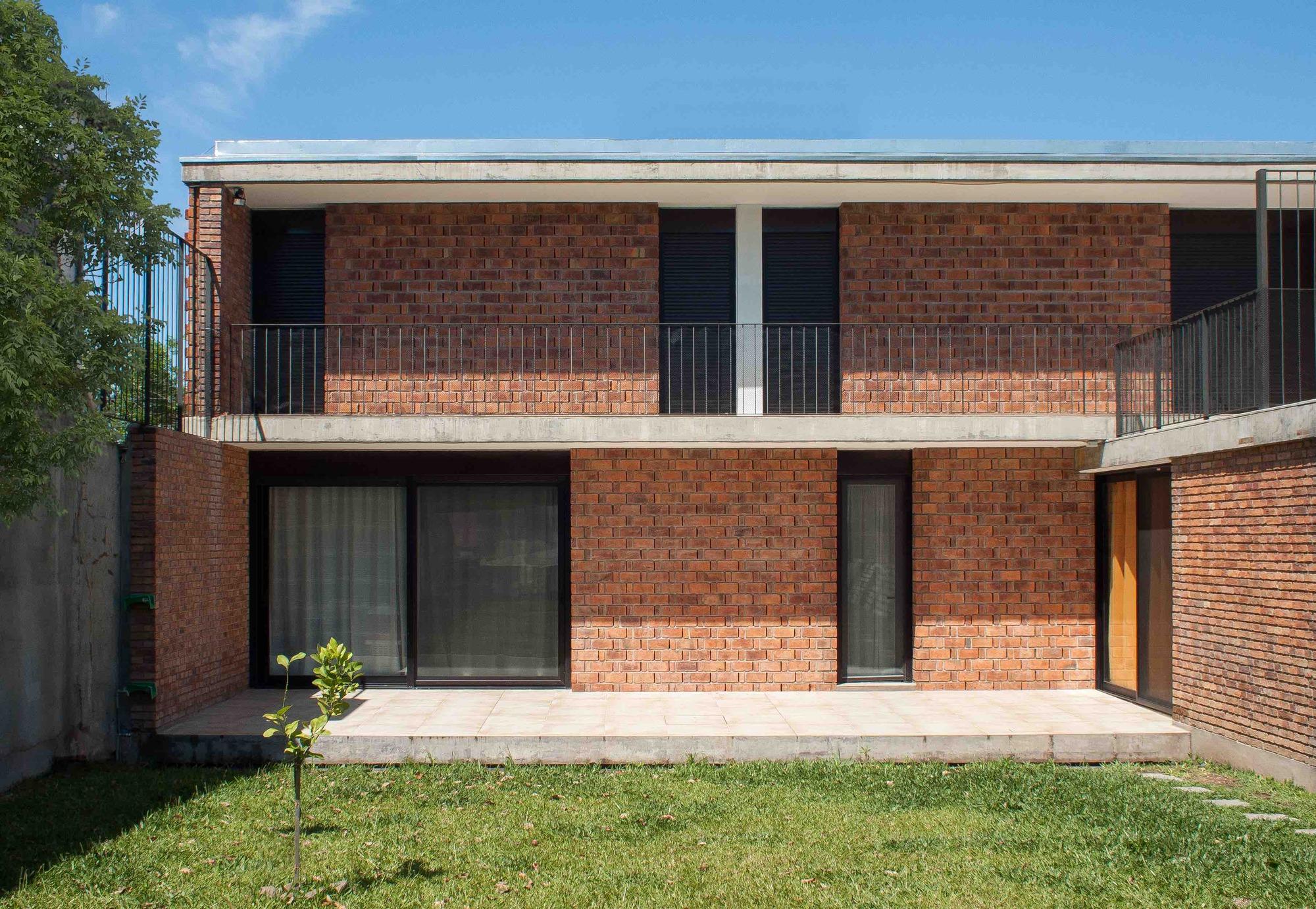Casa de ladrillo paulo ambrosoni archdaily for Casa minimalista rojo