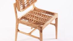 Malquerida Chair, una silla realizada a partir de un tablón de fresno americano y cola, sin ningún tipo de herrajes