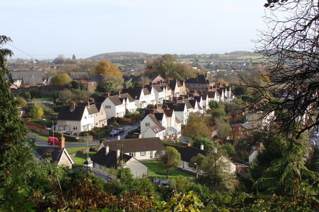 "¿Nuevas ciudades jardín? Arquitectos británicos ridiculizan nuevo plan gubernamental, Houses in Hardwick ""Garden City,"" a suburb of Chepstow in Wales, that was built in the early 20th century. Image © <a href='http://www.geograph.org.uk/photo/1038431'>Geograph user Ruth Sharville</a> licensed under <a href='http://creativecommons.org/licenses/by-sa/2.0/'>CC BY-SA 2.0</a>"