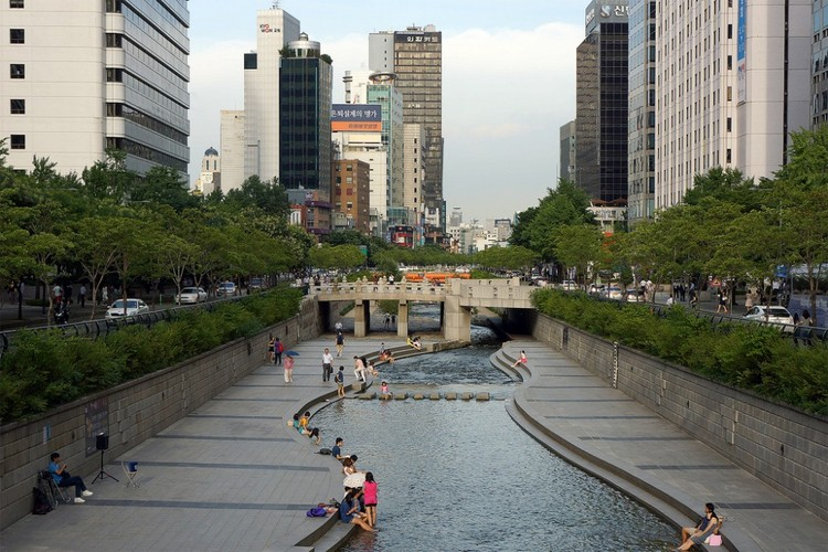 Três ideias para recuperar os espaços públicos e fomentar a vida urbana, Parque Cheonggyecheon en Seúl, Corea del Sur. © longzijun, vía Flickr
