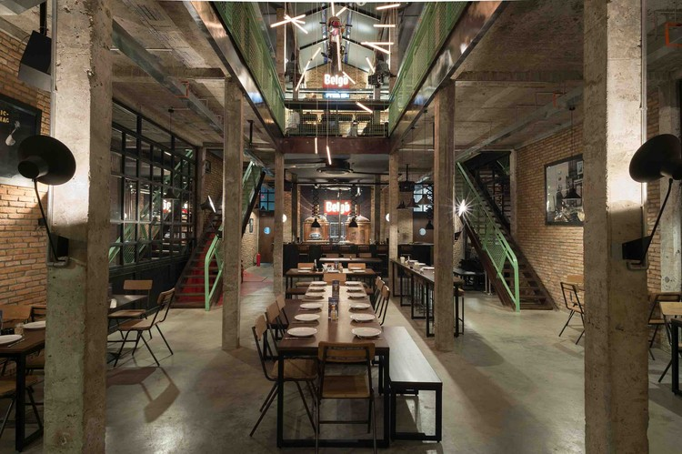 Pub e Cervejaria Industrial em Saigon / T3 Architecture Asia, © Brice Godard