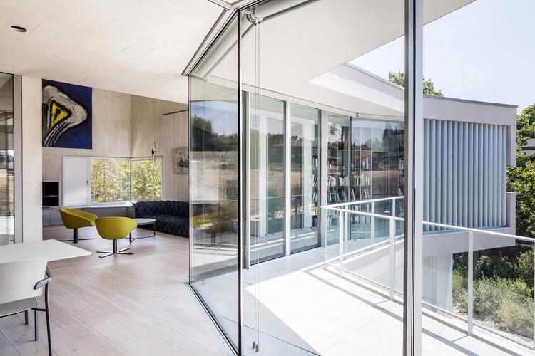 Casa con espacio para la exposición de arte contemporáneo / 05AM Arquitectura, © Adrià Goula