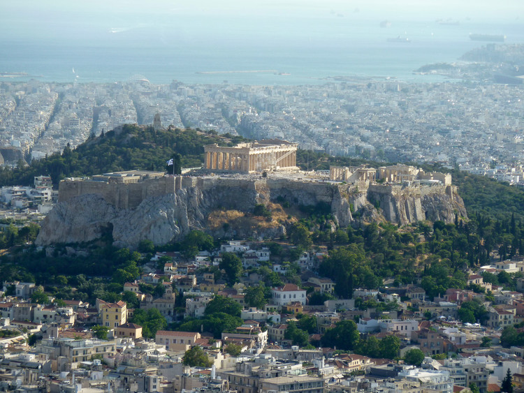 AD Classics: The Parthenon / Ictinus and Callicrates, The Acropolis, the plateau on which the Parthenon stands, served as a fortified citadel in Athens' Mycenaean past. ImageCourtesy of Flickr user Konstantinos Dafalias (licensed under CC BY 2.0)