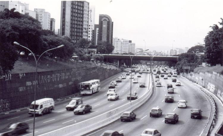 """Após apagar grafites na 23 de Maio, nova gestão de SP acha a avenida """"muito cinza"""" e propõe refazer murais, Avenida 23 de Maio, cinza demais.. Image © Gabriel Tavares, via Flickr. Licença CC BY-NC-ND 2.0"""