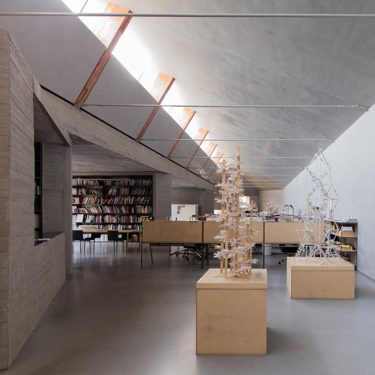 Escritórios de arquitetura de Pequim, pelas lentes de Marc Goodwin, ZAO/standardarchitecture – one office interior photographed by Goodwin. Image © Marc Goodwin